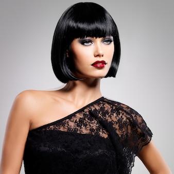 ショットの髪型、女性モデルのクローズアップの肖像画を持つ美しいブルネットの女性