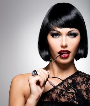 샷 헤어 스타일, 여성 모델의 근접 촬영 초상화와 아름 다운 갈색 머리 여자