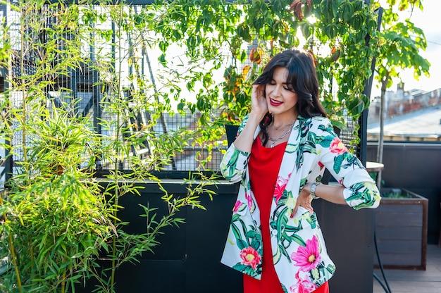 거리 패션에 빨간 드레스 산책을 입고 아름 다운 갈색 머리 젊은 여자 photo