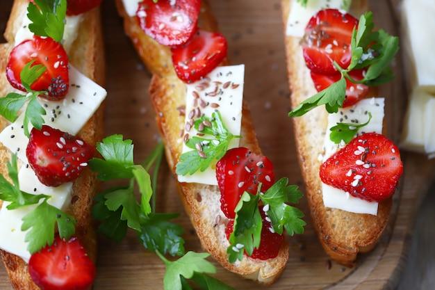 イチゴとチーズの美しいブルスケッタ
