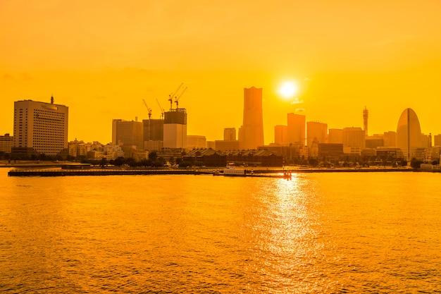 요코하마 도시의 스카이 라인의 아름다운 건물과 건축
