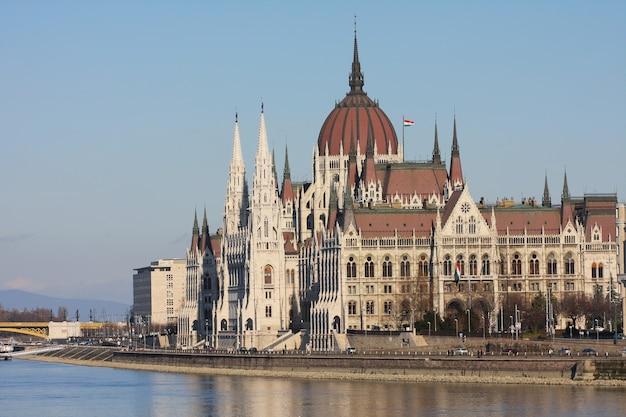 Красивое здание венгерского парламента в будапеште