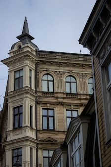 라트비아 리가의 아름다운 건물들. 2020년 3월 리가에서 걷기.