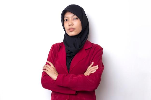 Красивая деловая азиатская женщина с портретом в хиджабе на белом пространстве