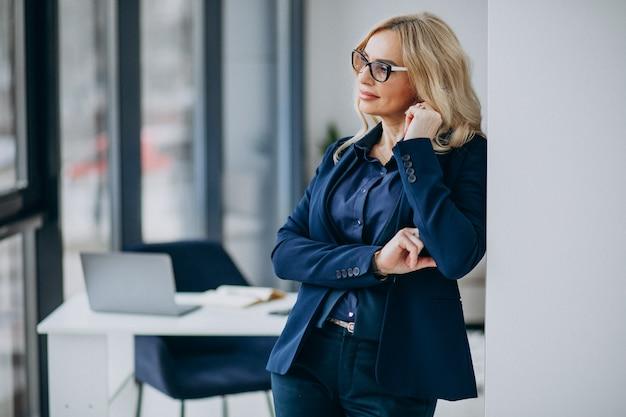 Красивая деловая женщина в офисе