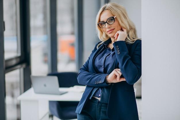 사무실에서 아름 다운 비즈니스 우먼