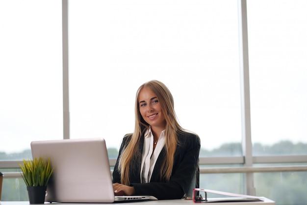 Красивая деловая женщина занята в офисе