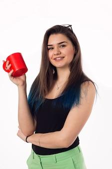 Красивая деловая женщина пьет кофе чай из красной чашки