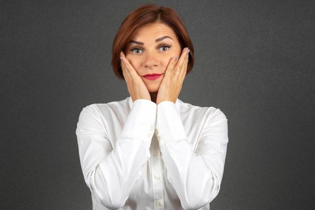 Красивая деловая женщина выражает свои эмоции и мысли