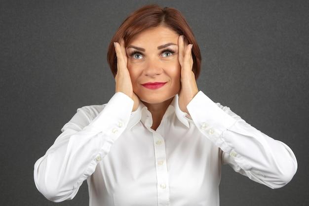 그녀의 감정과 생각을 표현하는 아름다운 비즈니스 우먼