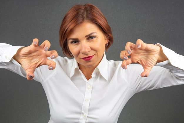 美しいビジネスウーマンは彼女の感情や考えを表現します