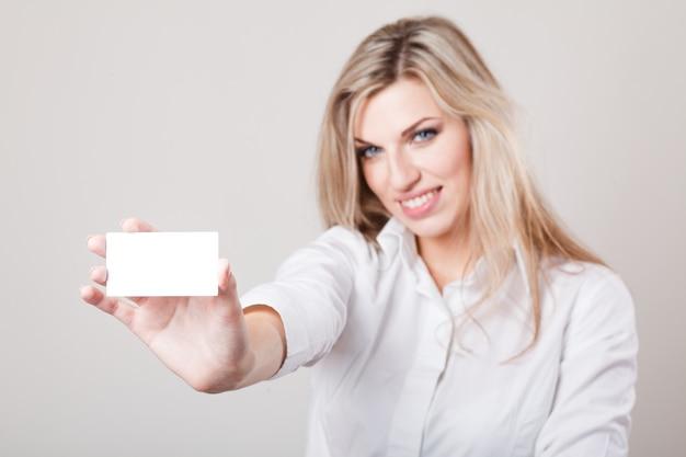 Красивый бизнес женщина, держащая макет визитной карточки