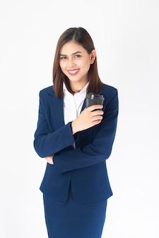青いスーツの美しいビジネスウーマンは白い背景に笑っている