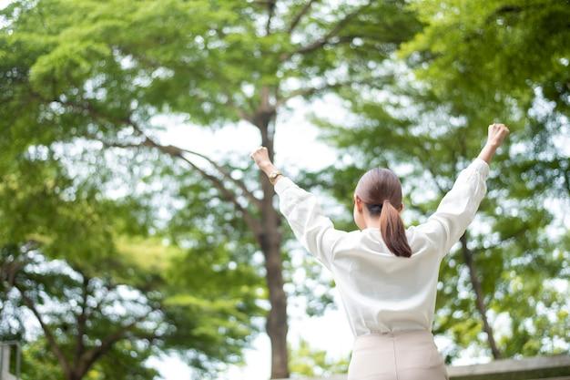 美しいビジネス女性は成功した屋外です
