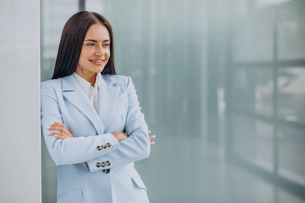 Красивая деловая женщина изолирована в синем костюме