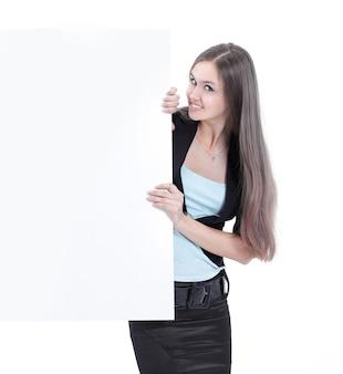 空白のポスターを見ている美しいビジネス女性