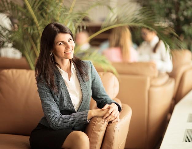 Красивая деловая женщина. отдых на диване после бизнес-ланча.