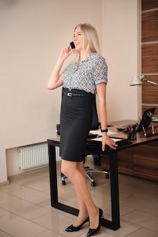 Красивая деловая женщина разговаривает по мобильному телефону.