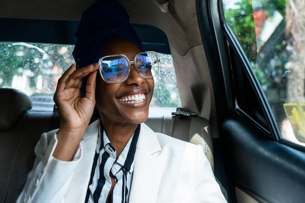 공항으로 운전하는 아름다운 비즈니스 여성, 직장 여행을 떠나십시오. 스마트폰을 사용하여 전화 걸기