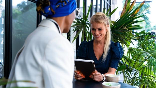 점심을 먹기 위해 카페에서 휴식을 취하는 아름다운 비즈니스 여성