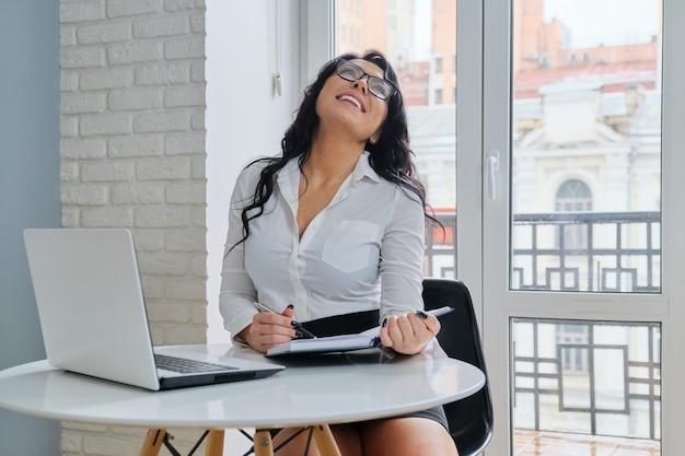 ラップトップコンピューターのオフィスで働く美しい実業家美容マネージャー