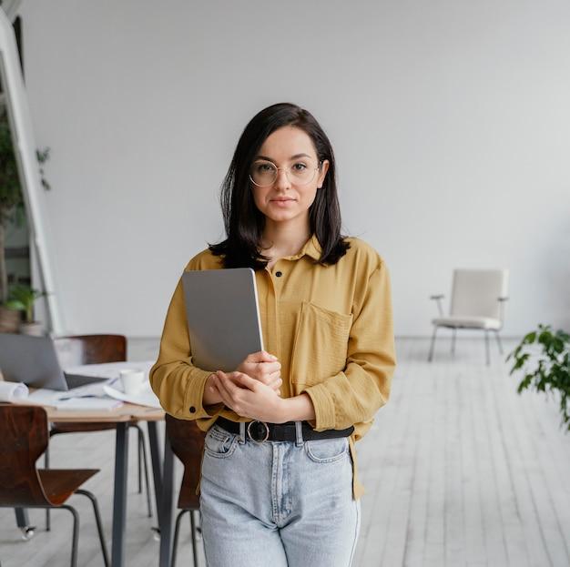 Красивая деловая женщина, держащая ее планшет