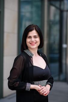 Красивая деловая женщина в черном платье