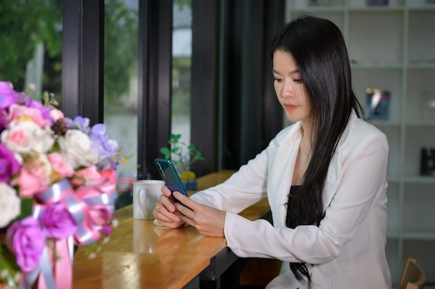 아름다운 여성 사업가가 토요일을 통해 전화를 걸어 고객과 비즈니스, 비즈니스 개념에 대해 이야기하고 있습니다.