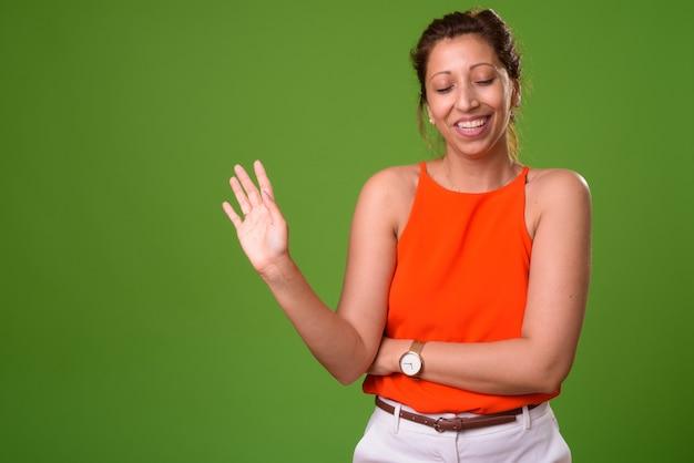Красивая деловая женщина на зеленом