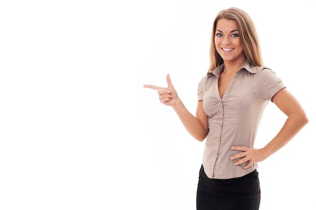 Красивая деловая женщина, указывая на copyspace