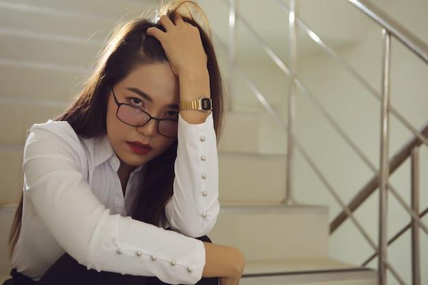 彼女の投資についての悪いニュースを受け取った後悲しい美しい女性実業家。