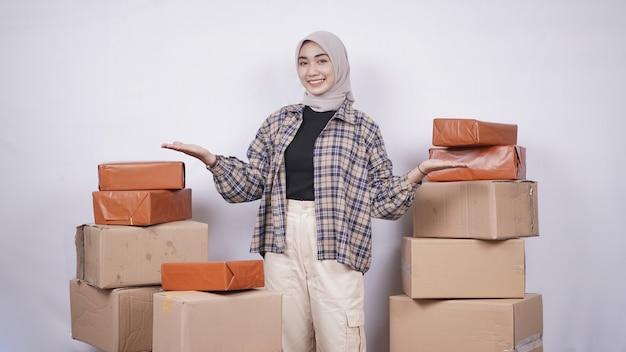 Красивая деловая женщина, показаны пакетные коробки, изолированные на белом фоне