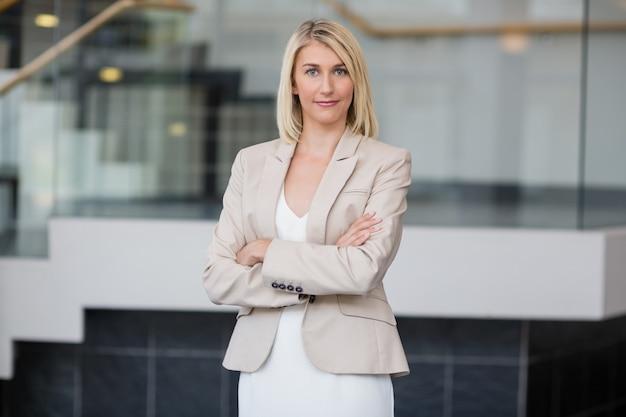 会議センターに立っている美しい女性実業家