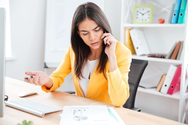 사무실에서 전화 통화하는 아름 다운 실업
