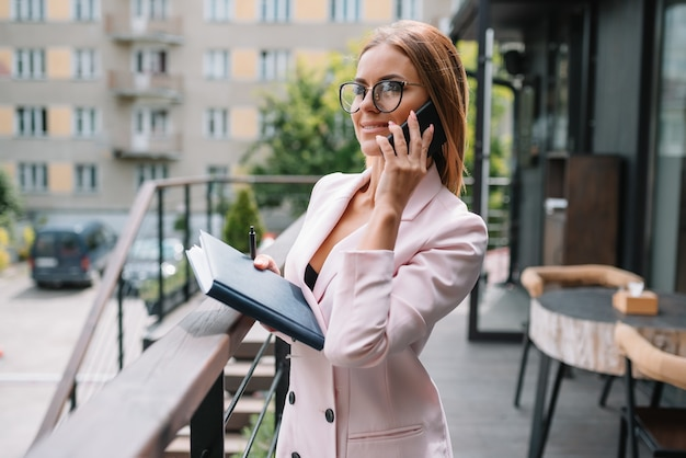 電話を使用して美しい女性実業家