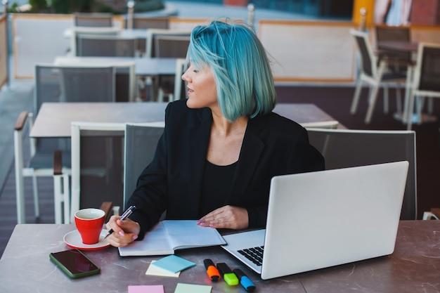 青い髪の本を読んでいる美しい実業家は、あらゆる目的のための素晴らしいデザイン美しい人