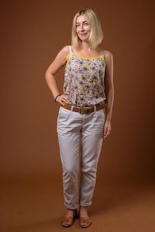 Красивая деловая женщина с короткими светлыми волосами стоя