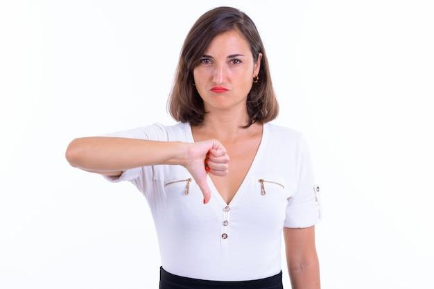 Красивая деловая женщина с короткими волосами изолирована на белой стене