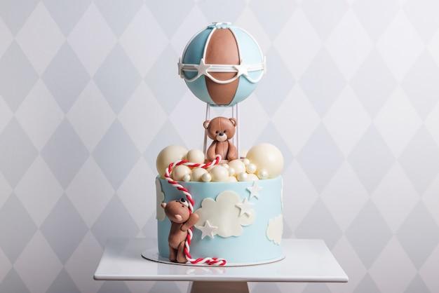 クマで飾られた美しいケーキ