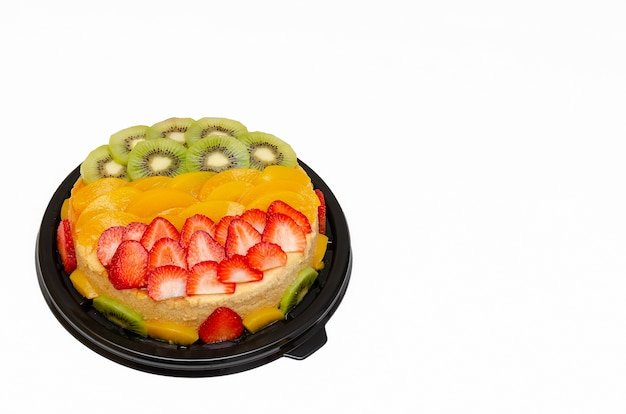 Красивый торт, украшенный разноцветными фруктами, изолированные