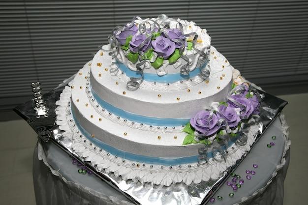 장미 근접 촬영으로 결혼식을위한 아름다운 케이크
