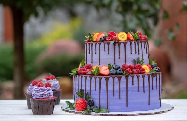 新鮮なラズベリー、イチゴ、ブルーベリーで飾られた2層の美しいケーキ