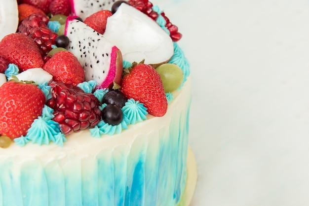 Красивый торт с ягодами и фруктами.