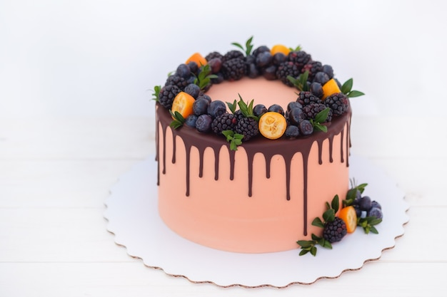 ブラックベリーとブルーベリーの美しいケーキ