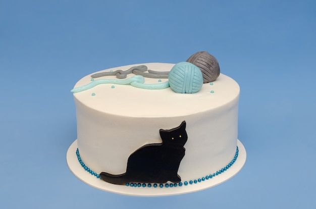 Beautiful cake with decoration of cat and balls of yarn dedicated to the 4legged house member