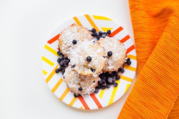 粉砂糖とブルーベリーの美しいケーキ