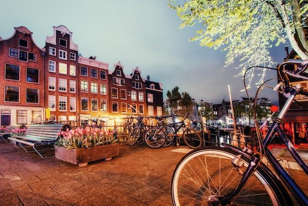Красивый спокойный ночной вид на город амстердам