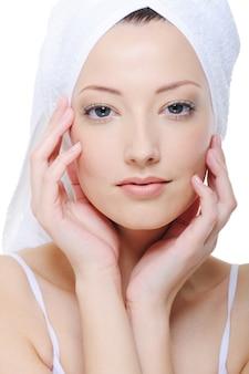 Bello fronte femminile candido con pelle fresca e pulita