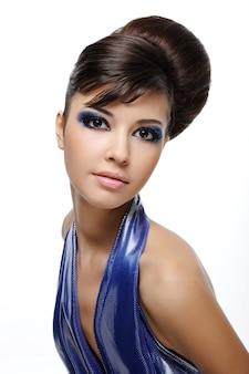 創造的な髪型を持つ美しい率直な女性-白で隔離