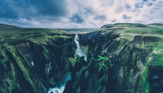 Красивый каньон в исландии. фядрарглюфур земли